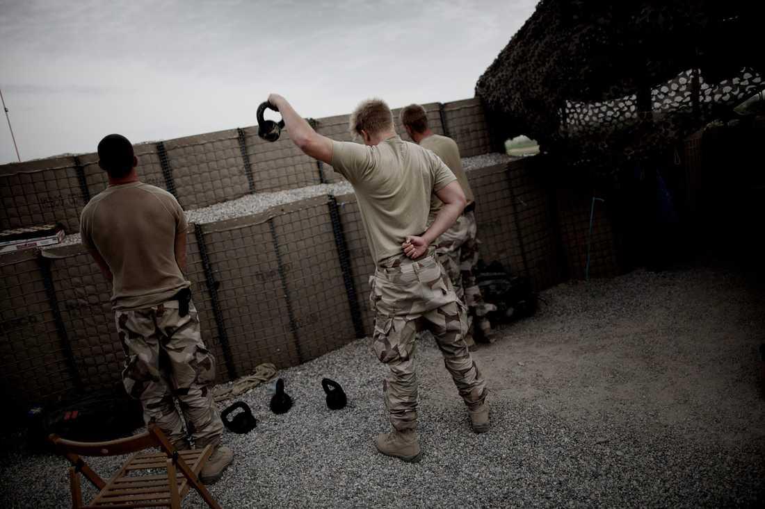 Soldater utövar fysisk träning i fortet.