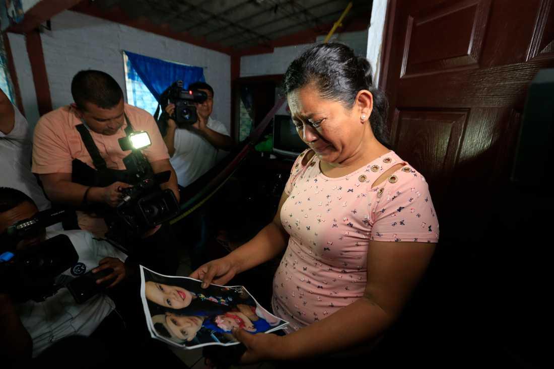 Rosa Ramirez, mamma till Oscar Alberto Martinez Ramirez, 25, gråter när hon ser bilden av sin son.