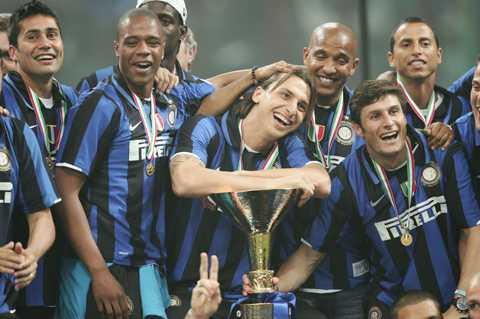 """Zlatan vann åter igen """"scudetton"""" 2008 efter att ha avgjort den sista matchen på egen hand. Här firar han med bucklan och lagkamraterna."""