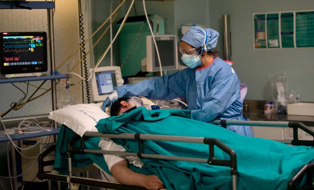 En sjuksköterska tar hand om en patient vid en akutmottagning för covid-19-patienter i Milano. Arkivbild.