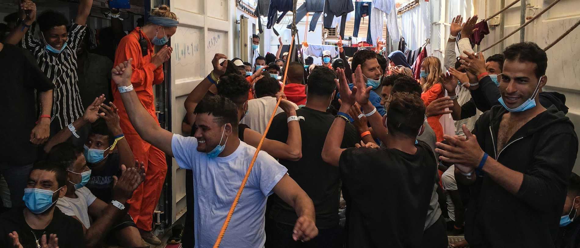 Migranter mot hamn för 14 dagars karantän