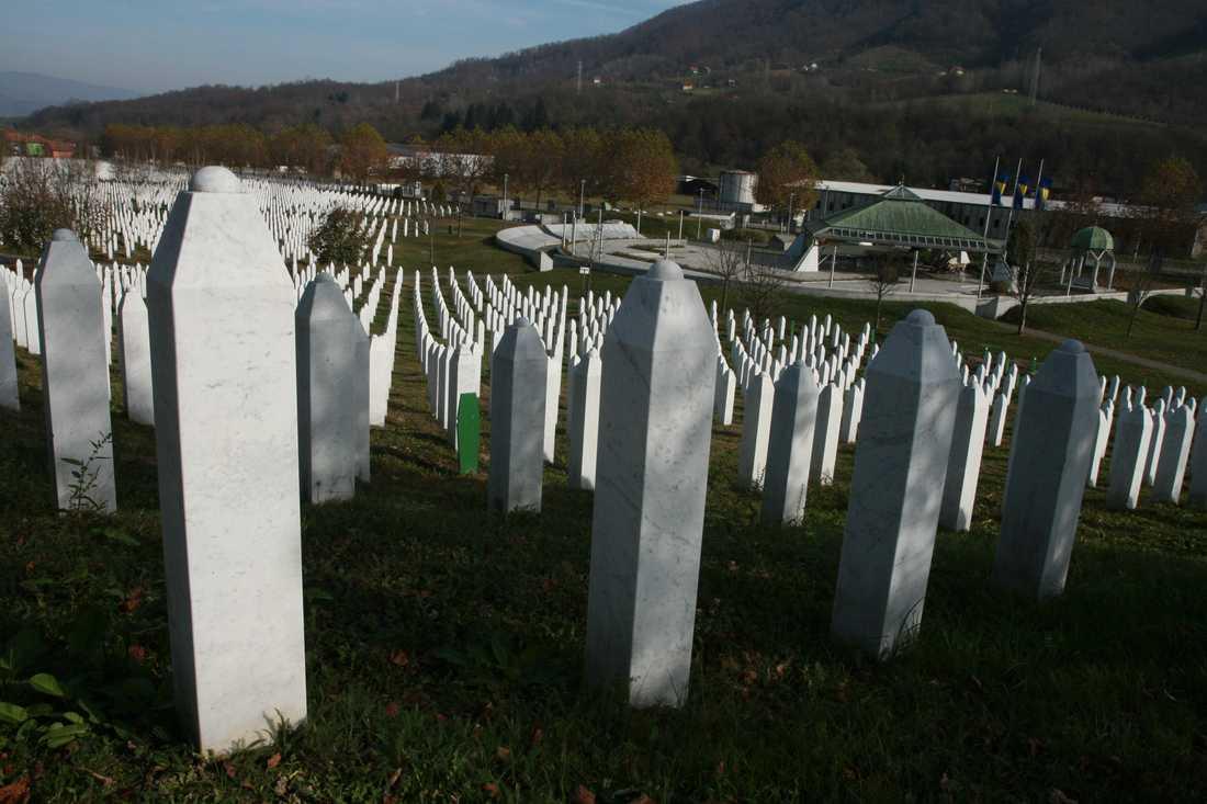 Minnesplatsen över de mördade i Srebrenica ligger tvärs över gatan från FN-basen där flyktingarna sökte skydd