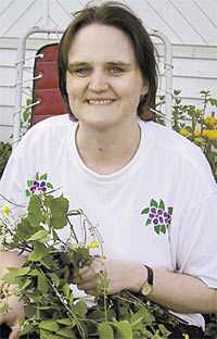 bilden togs på midsommarafton Bara någon timme innan Isabell försvann var hon hemma hos sin moster och morbror och band midsommarkrans åt sina kusinbarn.