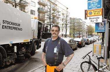 Fullparkerat När Bosse Östergren skulle sopa Pontonjärgatan på Kungsholmen blev inte mycket grus bortforslat. Massor av bilar stod i vägen trots att nya parkeringsförbud har gällt i fyra veckor. - Jag räknade till 60 felparkerade bilar, säger han.