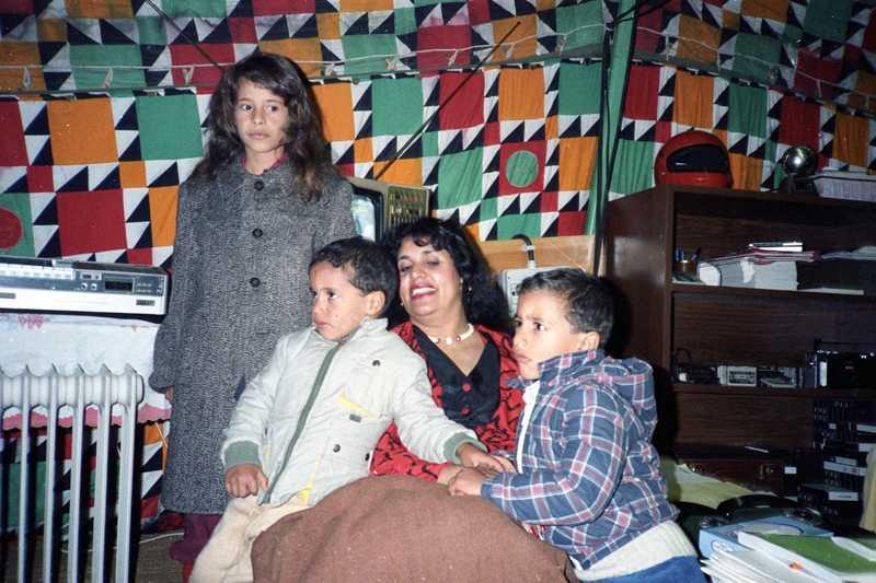 Delar av Gaddafis familj. Sofiya Gaddafi, fru till Muammar Gaddafi, poserar med fyra av deras barn i ett beduintält i utkanterna av Tripoli i januari 1986. Gaddafi tros har åtta barn.