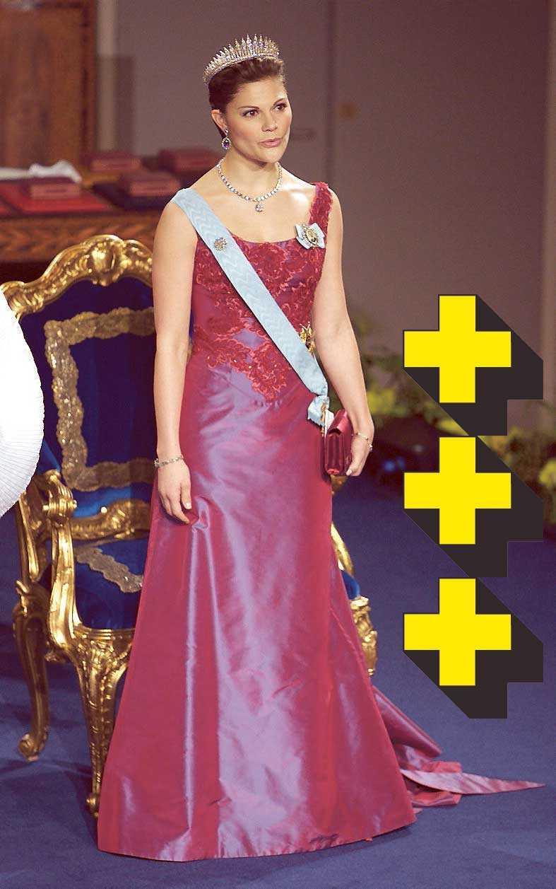 2006: Klassisk klänning i rött som skiftar mot lila. Den andas Victoria. Broderierna gör den lite roligare och att den håller fortfarande. Ingen jättespännande klänning.