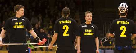 Spelarna i AIK bar tröjor med Sebastian Myrbäcks namn och nummer under manifestationen mot våldet.
