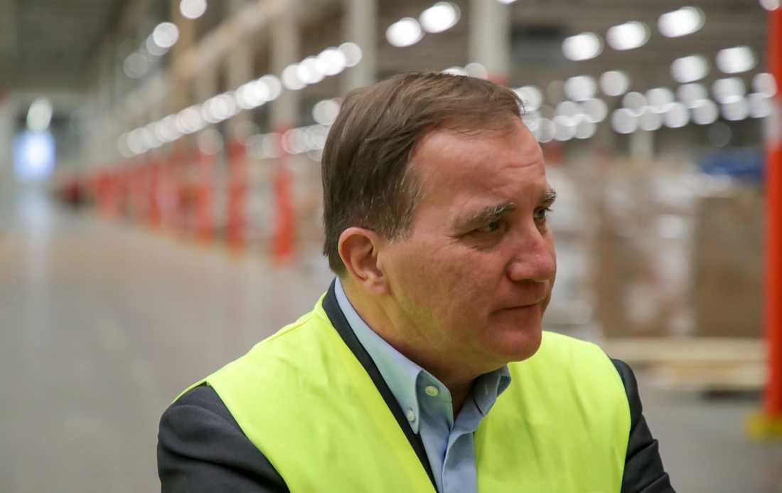 Statsminister Stefan Löfven (S) under ett företagsbesök I Skara på måndagen.