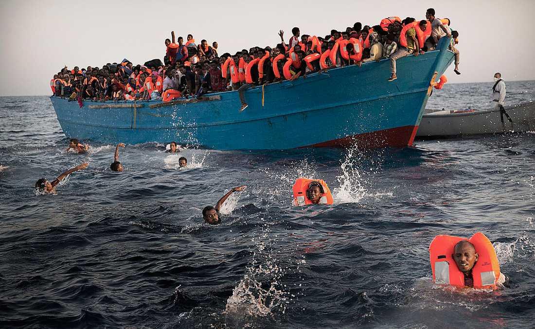 Flyktingsmugglare packar båtarna överfulla – och ofta är människorna ombord inte simkunniga.