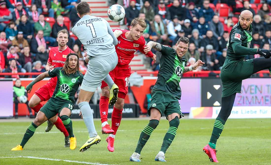 Union Berlins Sebastian Andersson, i rött i mitten, nickade in 1–0-målet i 2–2-matchen hemma mot Wolfsburg i Bundesliga.