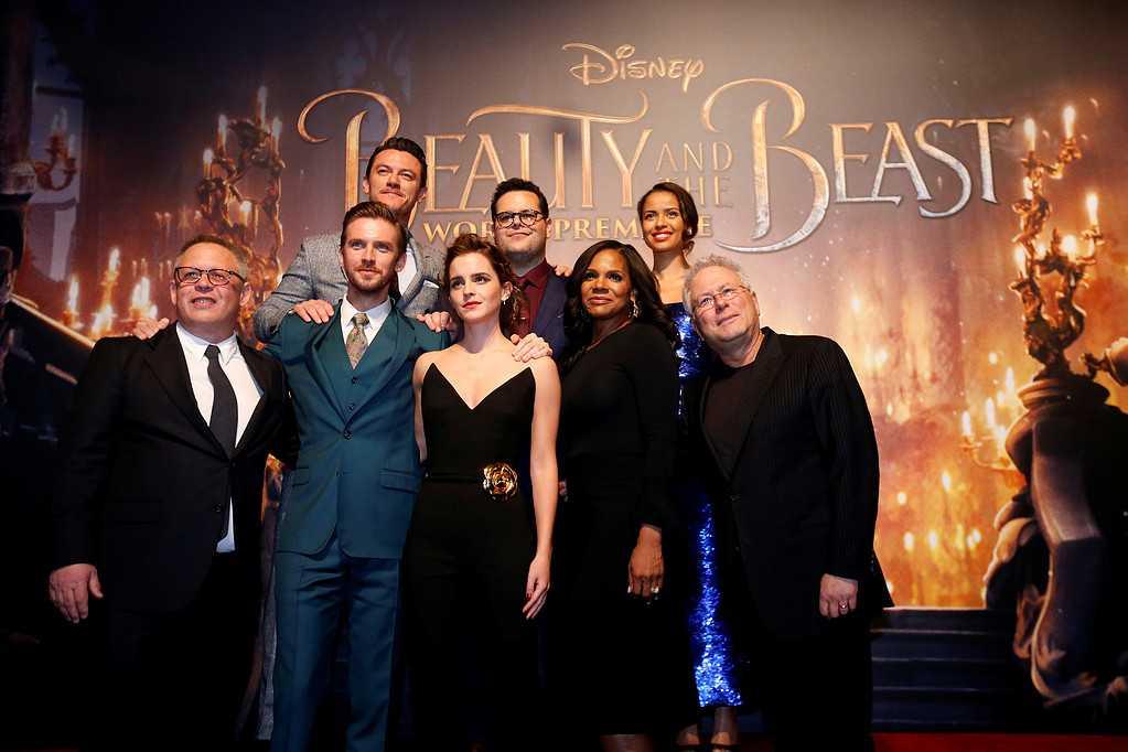 """Bill Condon och Alan Menkentillsammans emd skådespelarna Dan Stevens, Luke Evans, Emma Watson, Josh Gad, Audra McDonald and Gugu Mbatha-Raw på premiären av """"Beauty and the Beast"""" i Los Angeles."""