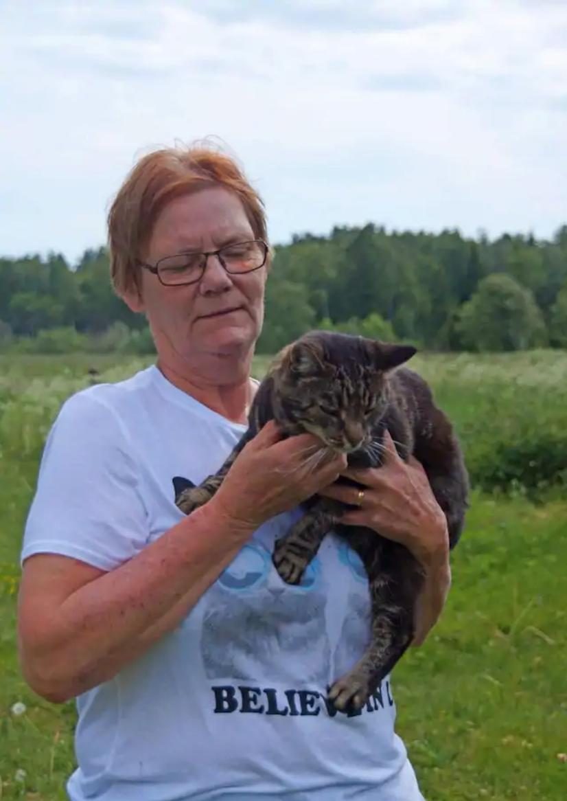 Eva med en annan katt.