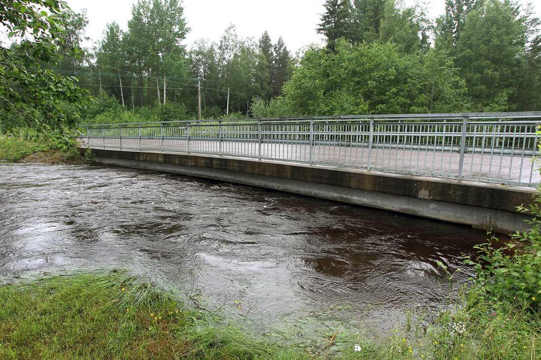 Vattenmassorna har svämmat över utanför Ludvika i Dalarna. Flera vägar har spärrats av.
