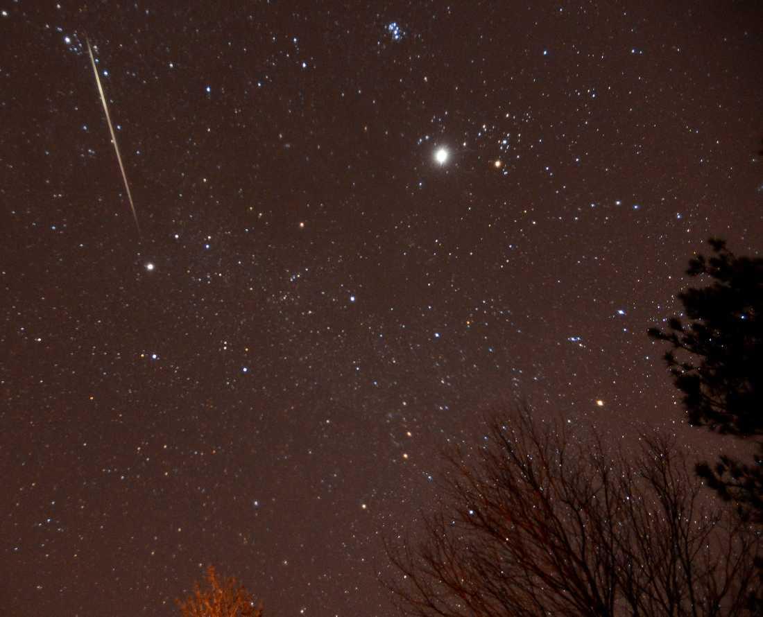 Under december går det att se flera meteorregn i rymden. Under 12-14 december syns Geminiderna mycket bra från jorden. Experter tror att Geminiderna skapades av asteroiden 3200 Phaethon men det finns inga säkra svar. Under optimala förhållanden går det att se drygt 140 meteorer i timmen.