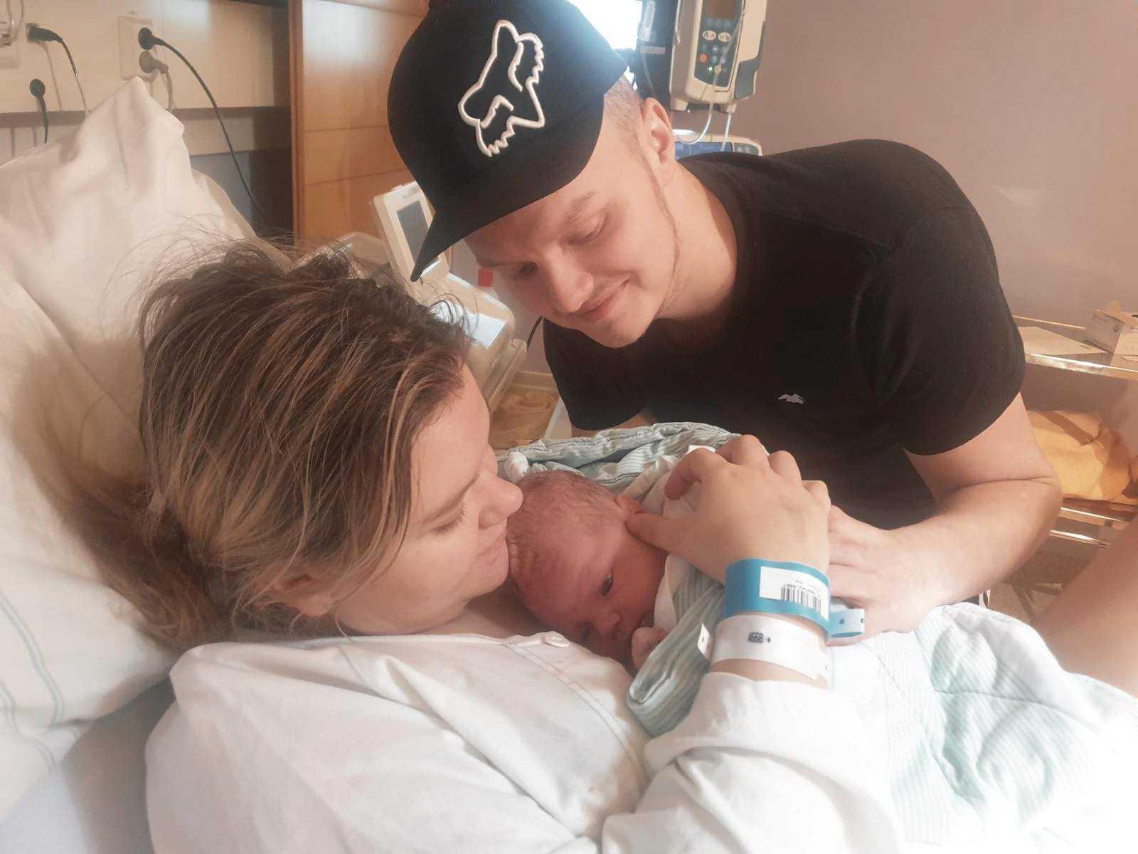 Moa och Jakob timmar efter de fick veta att hon var gravid.