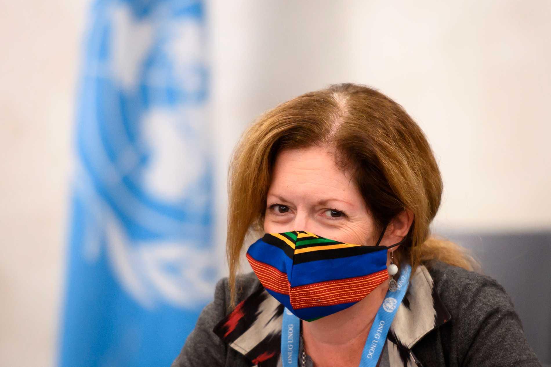 Stephanie Williams vid förhandlingsbordet i Genève.