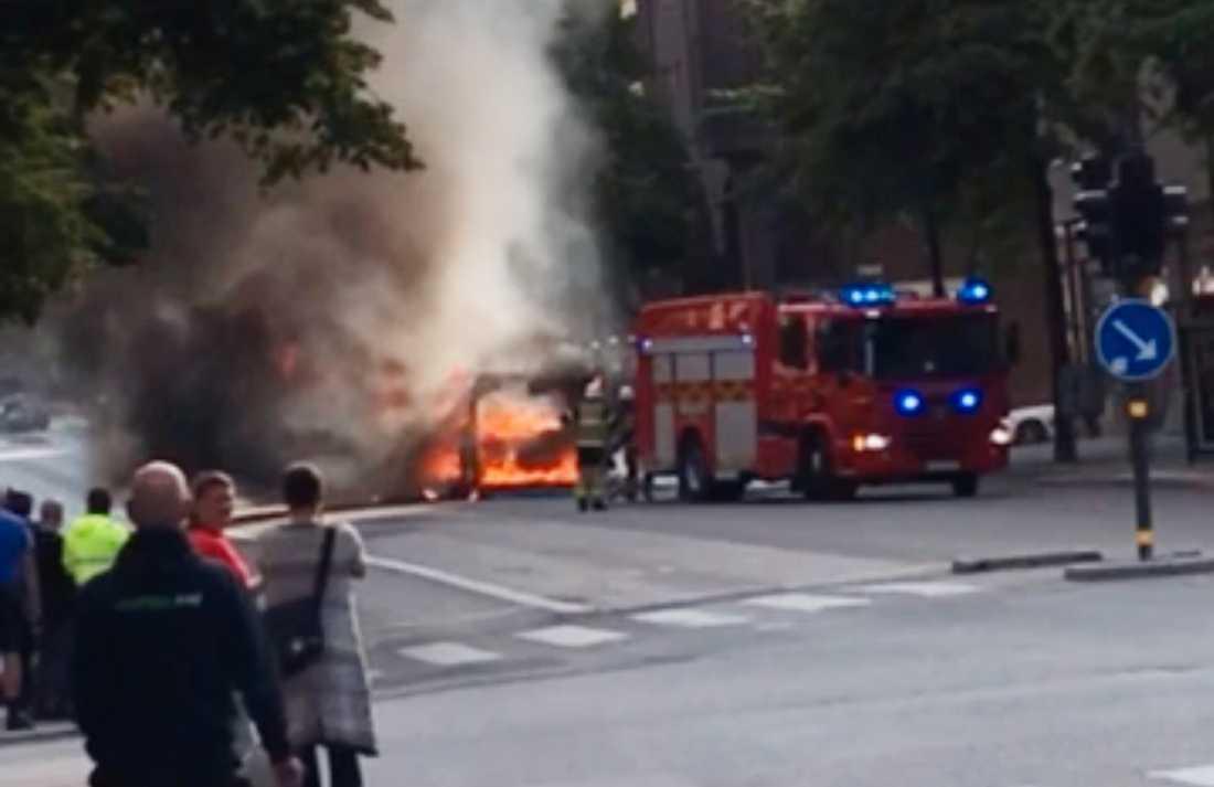 Bil brinner Odengatan i Stockholm.