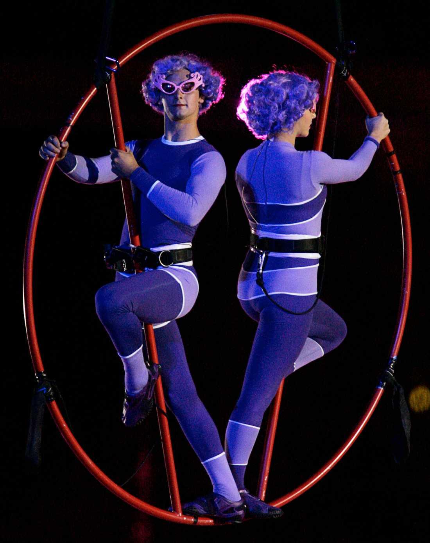 Akrobater utkläda till Dame Edna dansar på invigningsceremonin för Commonwealth Games i Australien 2006.