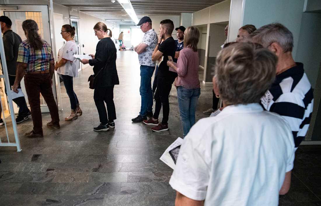 Periodvis har det varit långa köer för att rösta i vallokalen på bland annat Kastanjeskolan i Tomelilla.