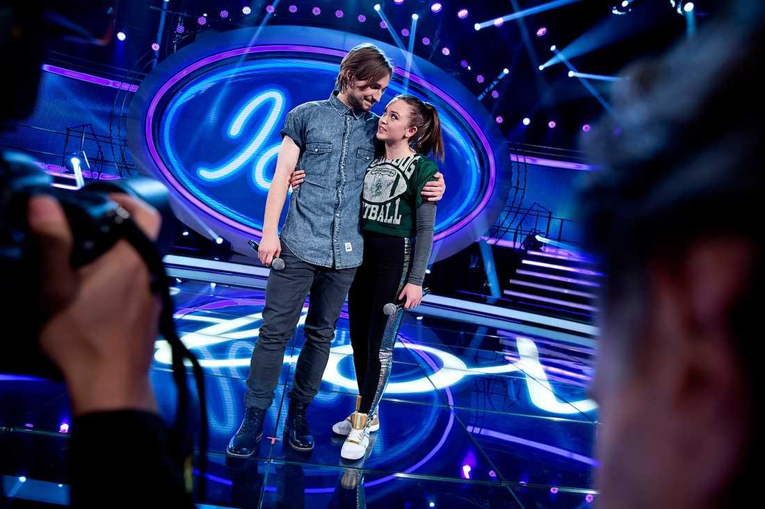 TVÅ KVAR Kevin Walker tävlar mot Elin Bergman i finalen av Idol.