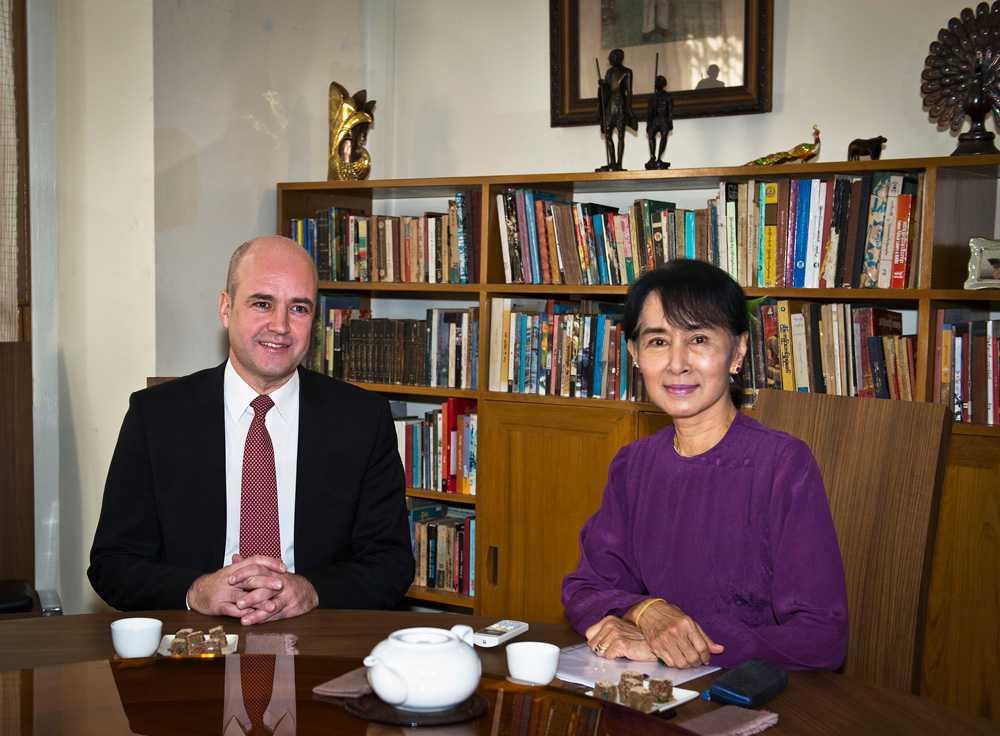 Fredrik Reinfeldt på besök i demokratikämpen Aung San Suu Kyis hem i Rangoon.
