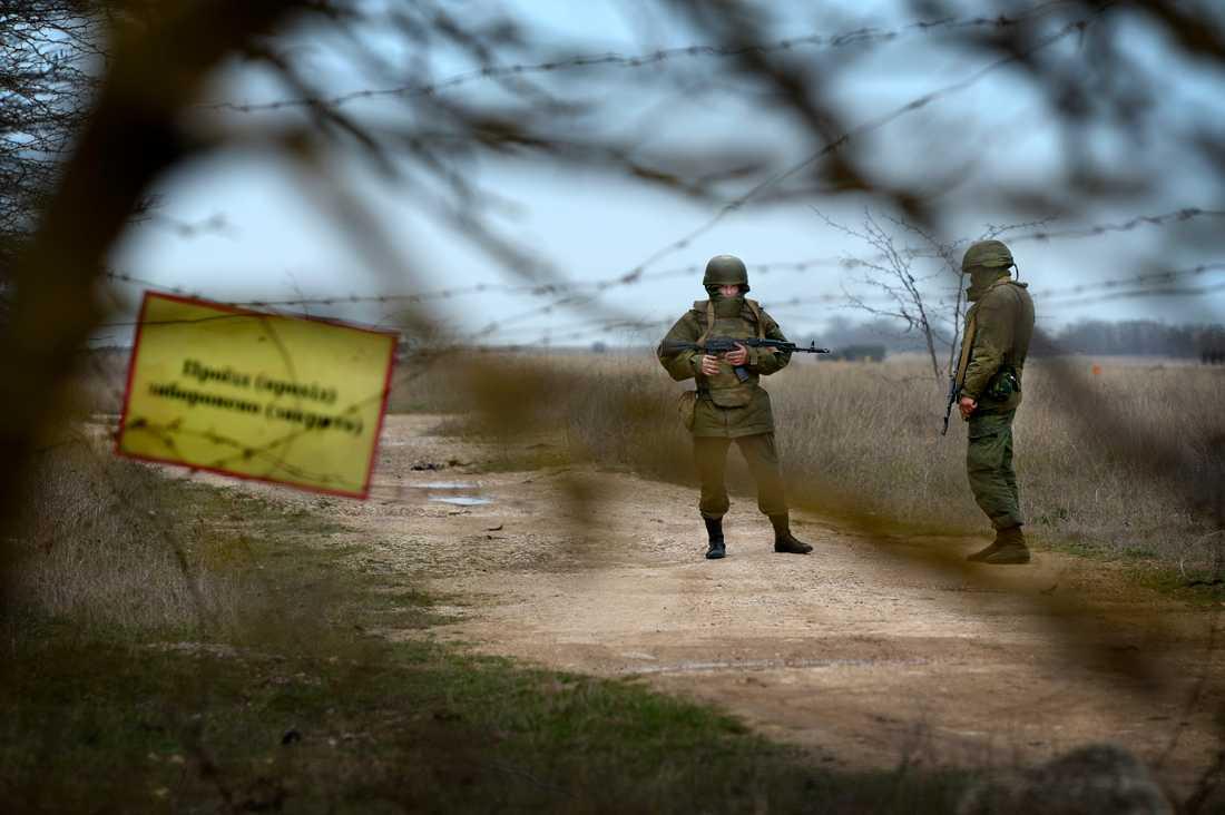 Ryska soldatern på den ukrainska flygbasen i Belbek.