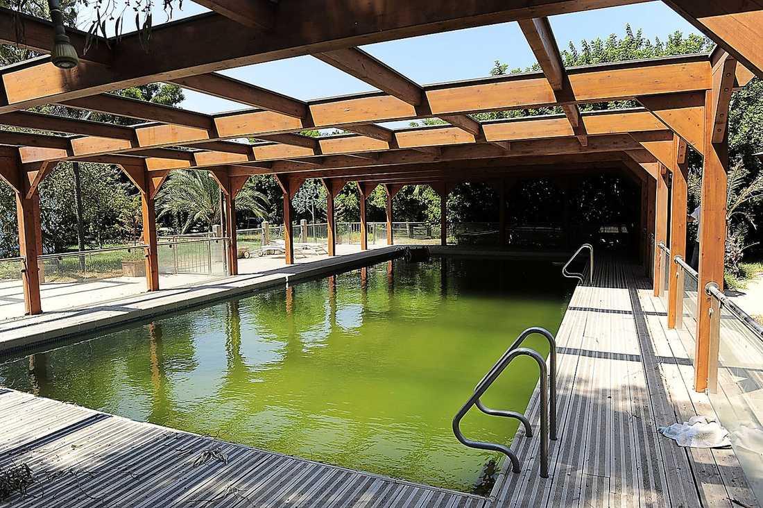 Utomhuspool  Här i bassängen kunde Gaddafi och hans familj svalka sig i den afrikanska hettan. En handduk ligger kvarlämnad och bredvid poolen finns solstolar och utfällda parasoll. I anslutning finns också ett poolhus med heltäckningsmatta och en liten rutschkana för barn.