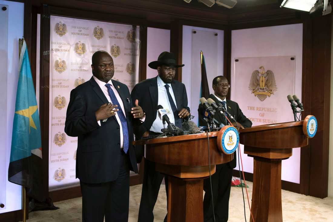 Förste vice presidenten Riek Machar talar inför journalister strax innan skjutningen utanför presidentpalatset. Vid hans sida stod Sydsudans president Salva Kiir och vice presidenten James Wani.