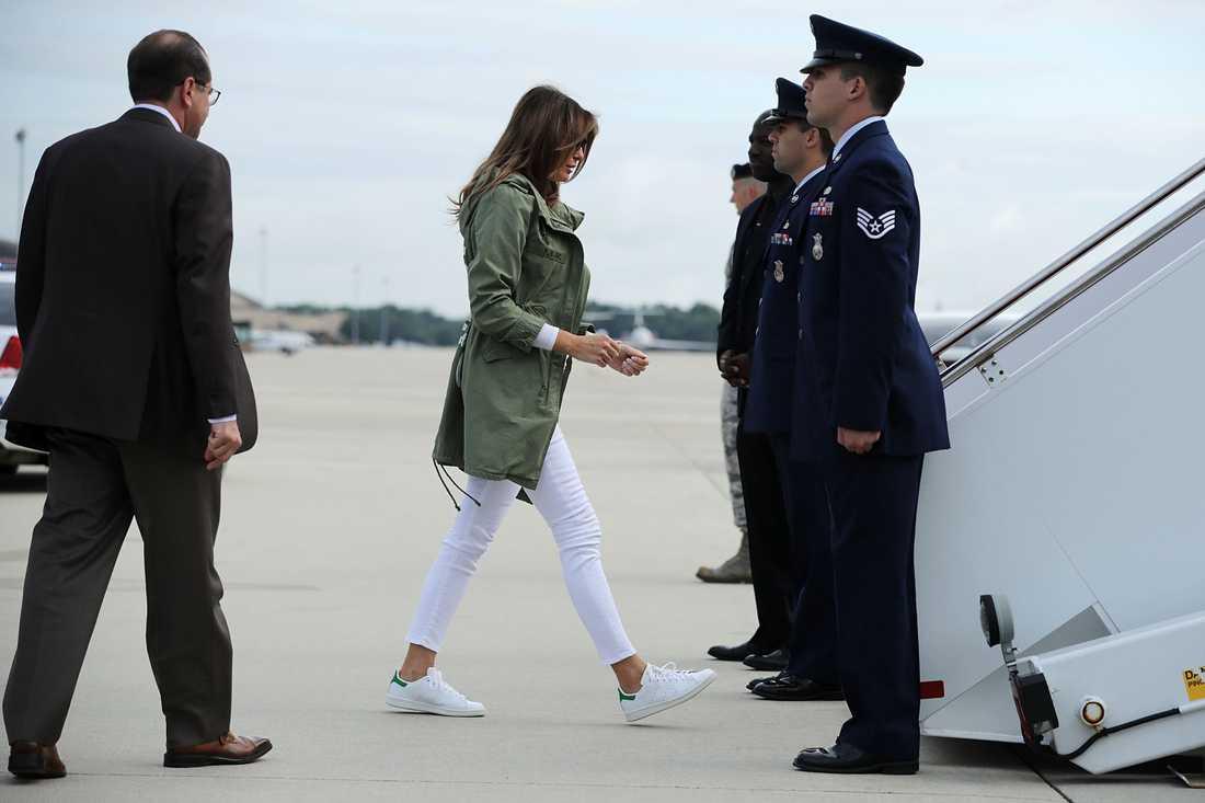 Melania Trump på väg ombord ett flygplan till gränsen.