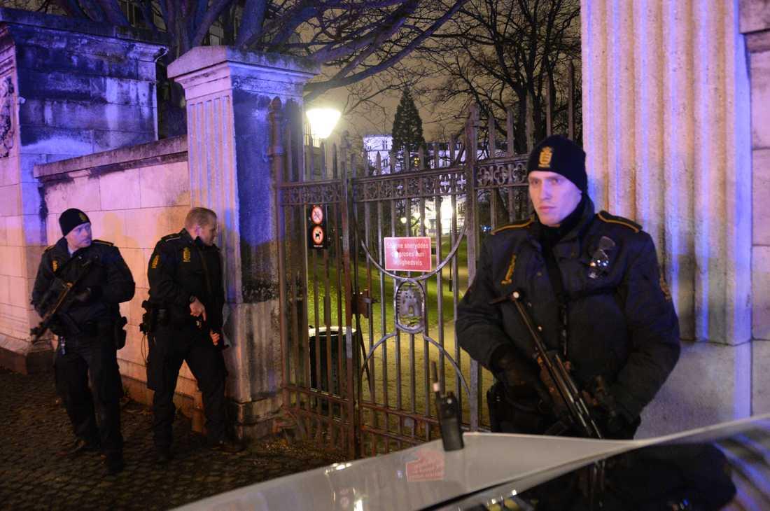 Polisen söker efter gärningsman vid en park i centrala Köpenhamn i natt.