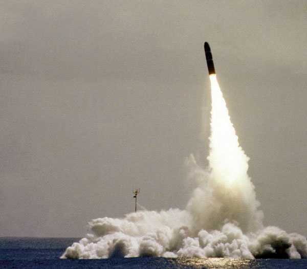 En kärnvapenmissil avfyras från ubåten USS Ohio.