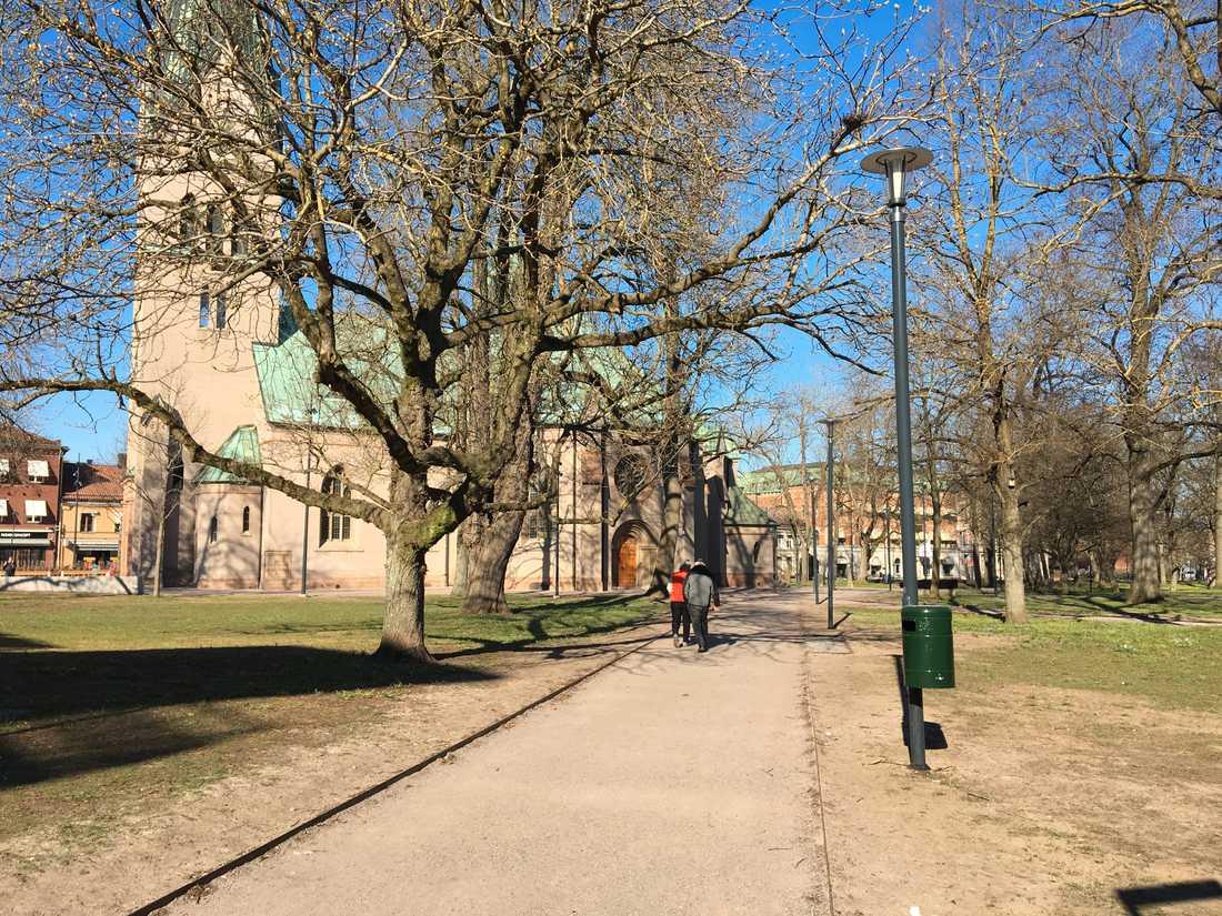 Sankta Helena kyrka ligger precis invid järnvägsstationen i Skövde.