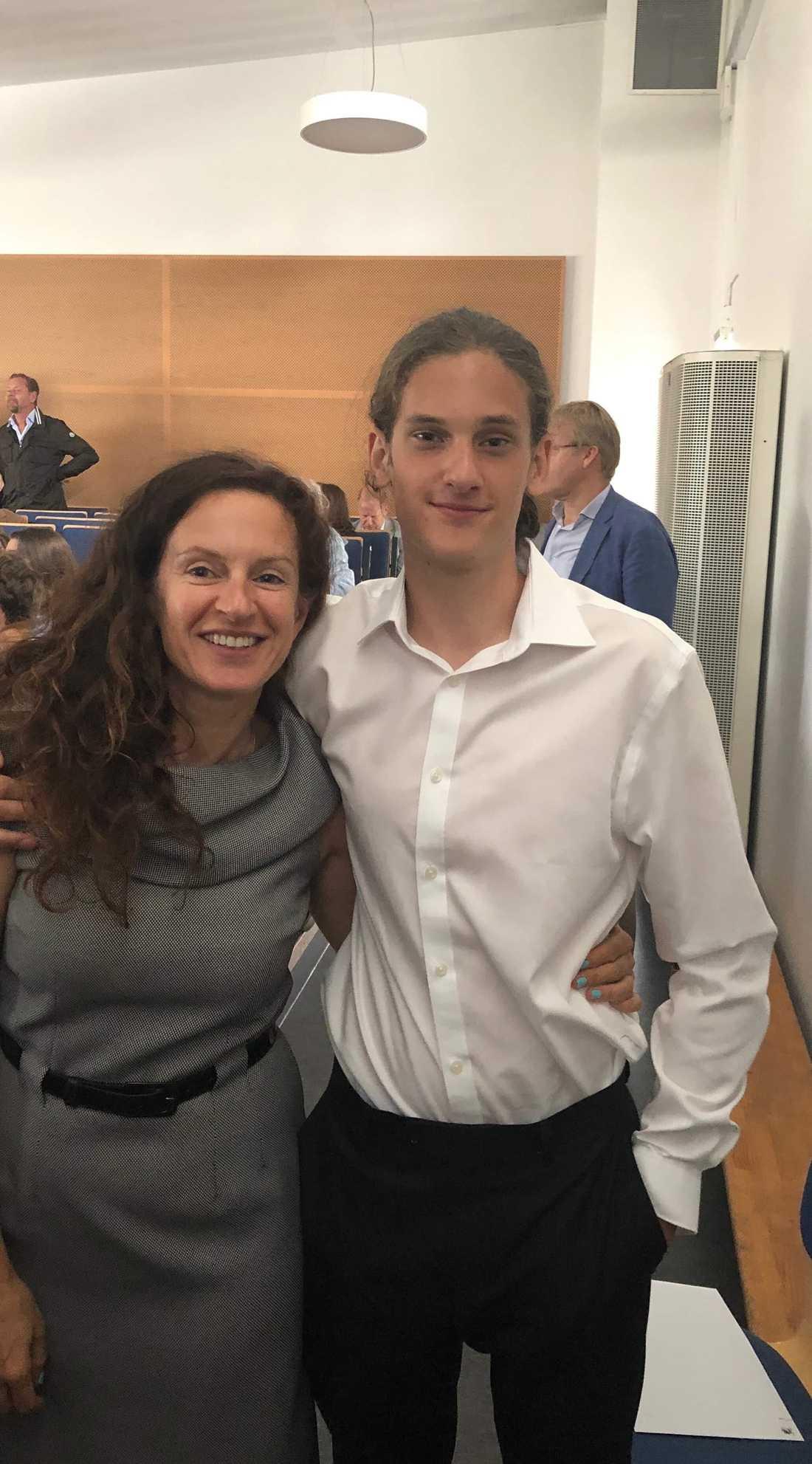 Peter Plax och hans mamma Olga Teouch på Peters skolavslutning.