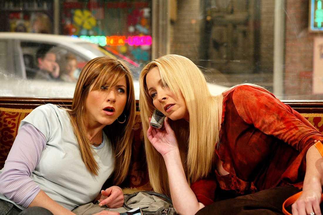 """Jennifer Aniston och Lisa Kudrow som Rachel och Phoebe i """"Vänner""""."""