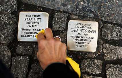 Gatstenar i Berlin som påminner om Förintelsen, ett konstprojekt av Gunter Demnig.