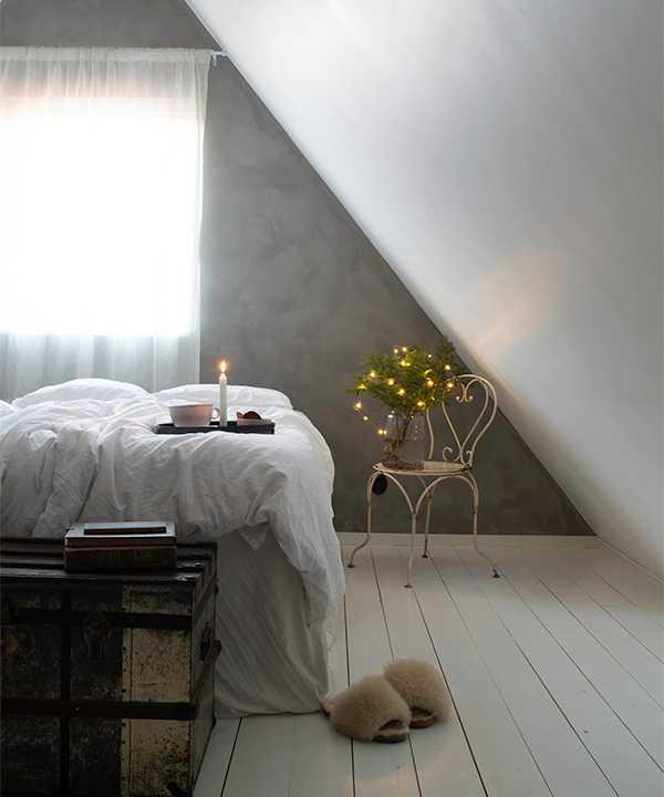 Järnstolen som är fyndad på loppmarknad har Amanda som sängbord. Kistan vid fotänden av sängen rymmer mycket och är köpt på Blocket.
