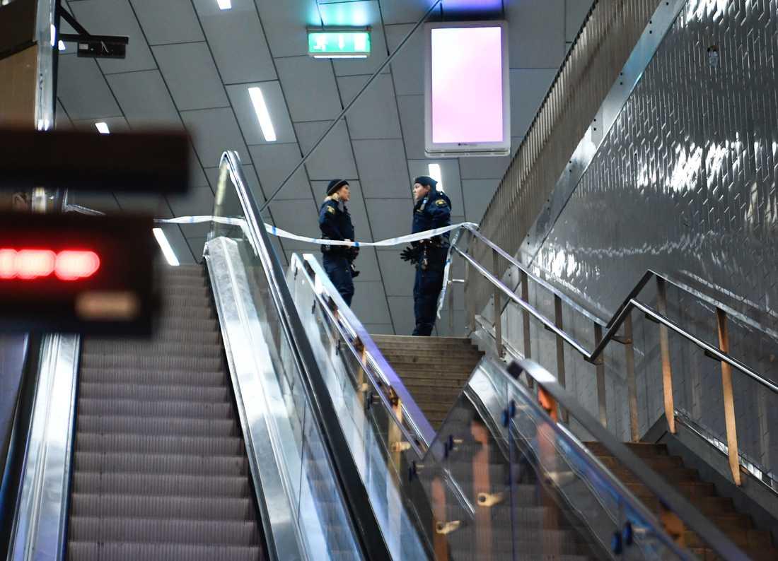 En man sköts ihjäl vid pendeltågsstationen i Älvsjö i södra Stockholm.