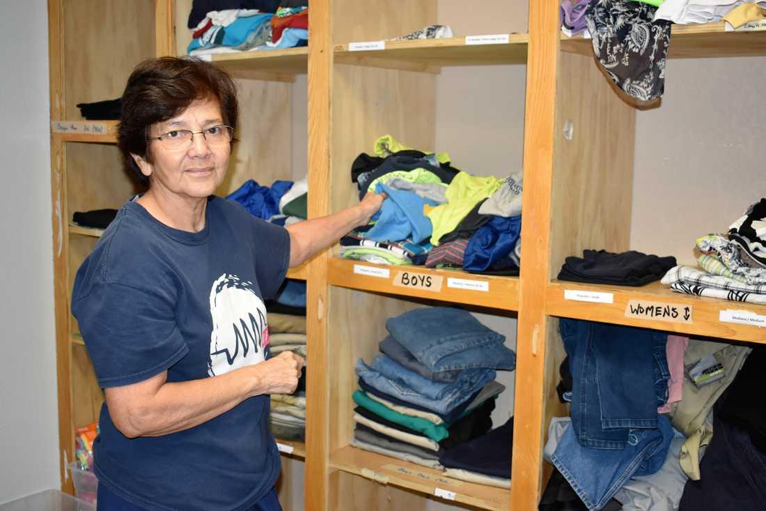 Den pensionerade sjuksköterskan Raquel Martinez arbetar frivilligt på det vilocenter för migranter som den katolska välgörenhetsorganisationen Catholic Charities RGV driver i gränsstaden McAllen i Texas.