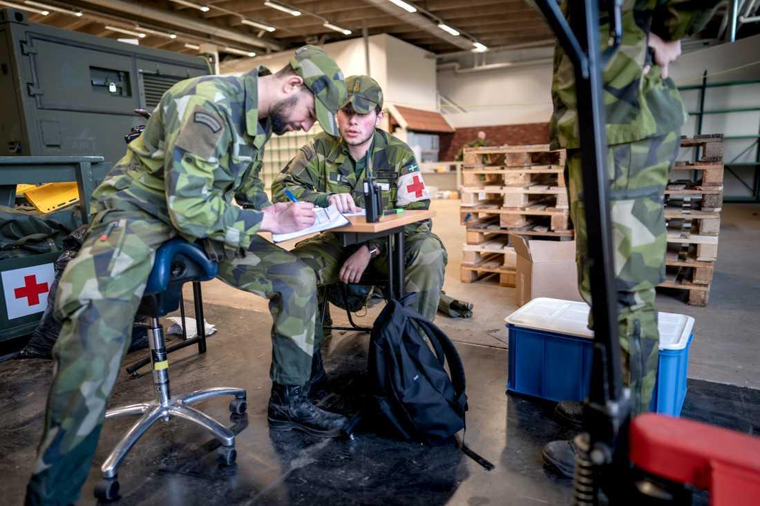 Material för fältsjukhuset lastades vid Göteborgs garnison i lördags. Från början var det tänkt att sjukhuset skulle uppföras i Uppsala men nu blir det i Stockholm i stället, på Socialstyrelsens inrådan.