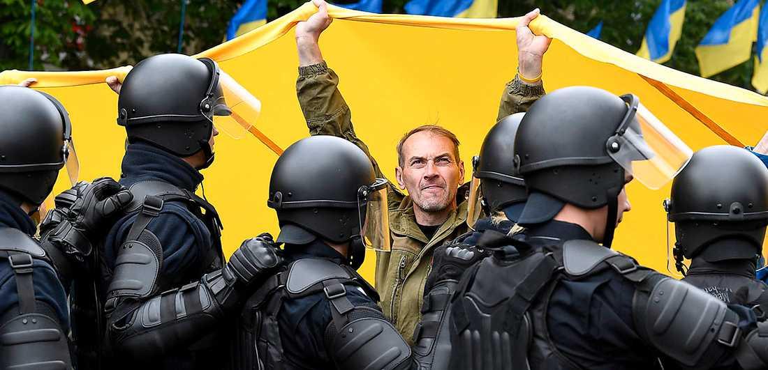 Kravallpolis övervakar en nationalistisk demonstration i Kiev 9 maj, i samband med firandet av årsdagen av segern över Nazityskland.