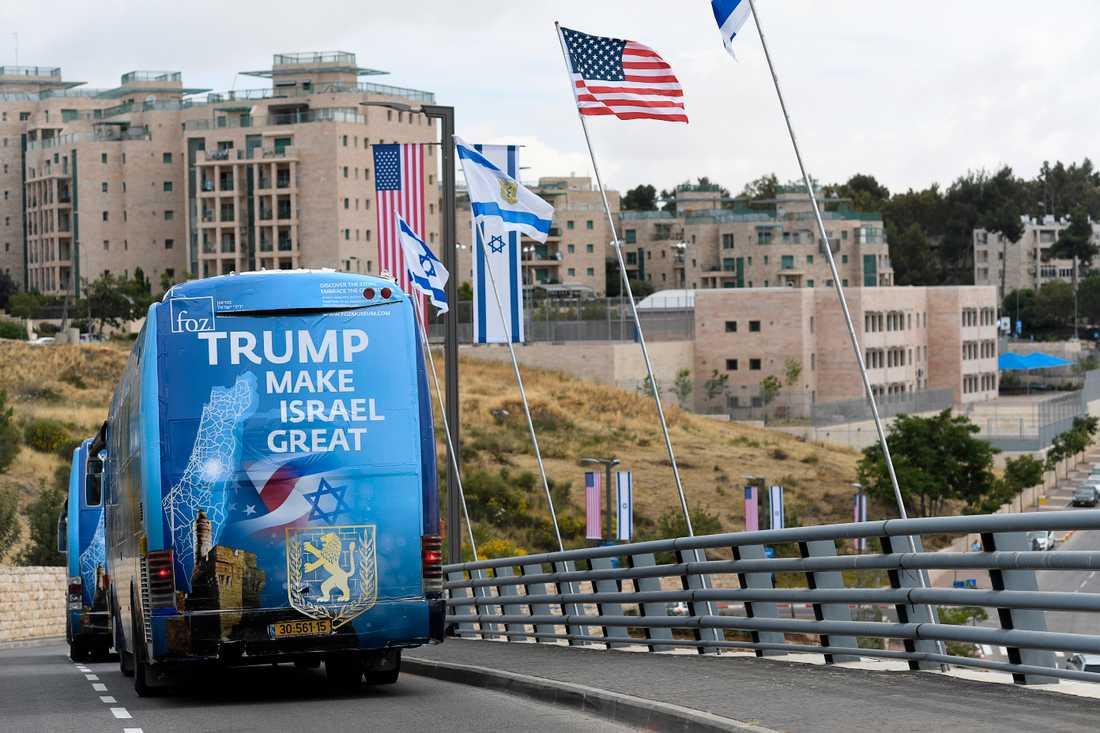 Hyllningsskyltarna till Donald Trump sitter överallt i Jerusalem.