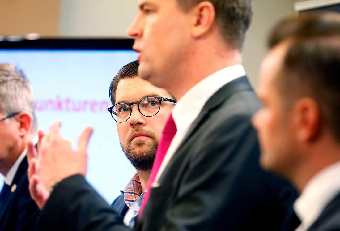 Jimmie Åkesson, partiledare, och Oscar Sjöstedt, ekonomisk-politisk talesperson (i förgrunden) , presenterar Sverigedemokraternas valmaninfest .