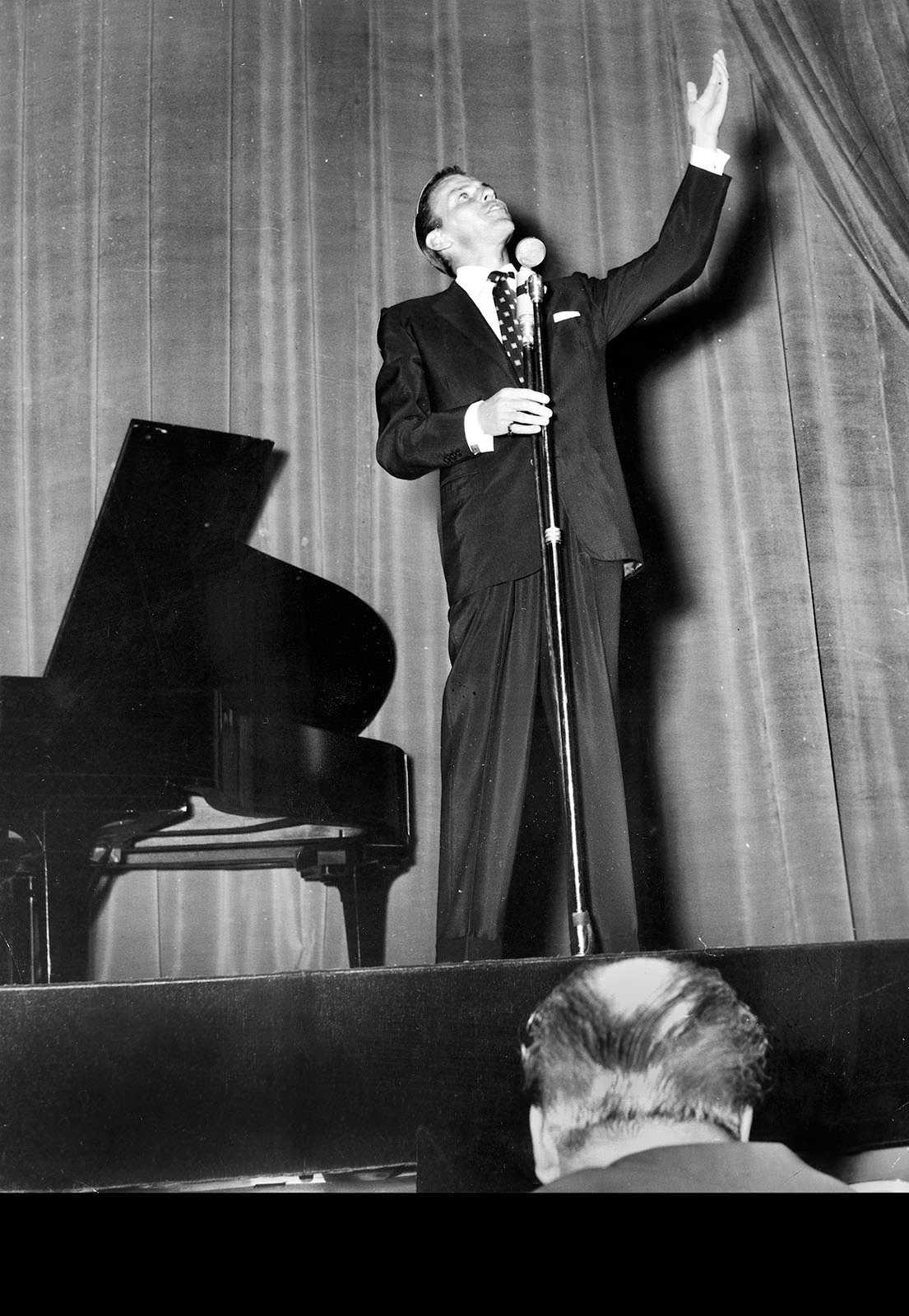 På China i Stockholm Frank Sinatras konsert på Chinasalong den 31 maj 1953 recenserades av Aftonbladets Teddy Nyblom. Han konstaterar att priset för biljetterna 15- 20 kronor var väl tilltaget och noterar de många luckorna på parkett.