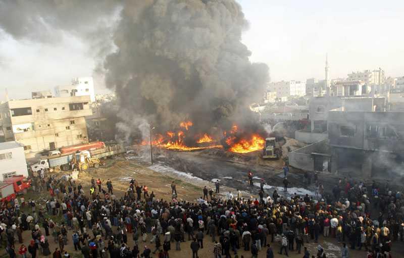 En folksamling har samlats vid en av de 20-tal platser i Gaza som träffades av raketer när Israel genomförde ett nytt flyganfall på söndagsmorgonen.