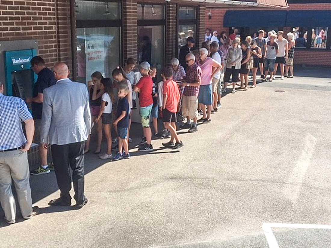 En lång kö bildades vid bankomaten i Överlida när alla fick en hundralapp vid uttag.