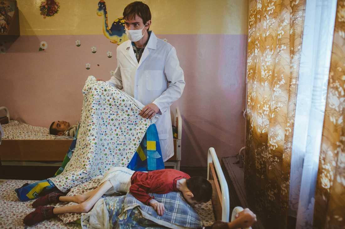Bilderna på utsvultna barn och ungdomar på ett barnhem i Vitryssland väcker avsky.