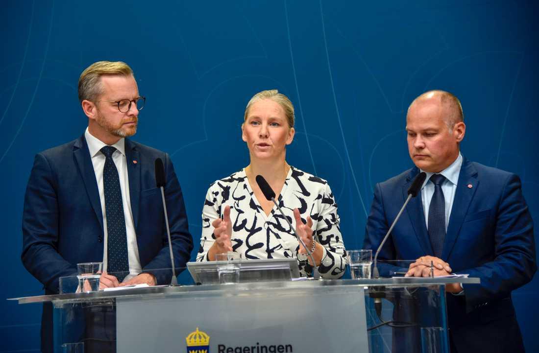 Inrikesminister Mikael Damberg (S), miljöminister Karolina Skog (MP) och justitieminister Morgan Johansson (S) på lördagens presskonferens.