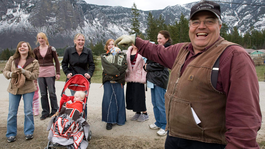 Winston Blackmore är en av ledarna i den kanadensiska kristna sekten, som lever öppet i polygama familjer. Här står han tillsammans med sex av hans döttrar och två barnbarn.