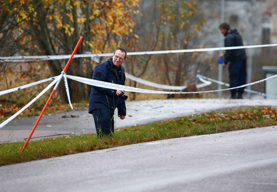 Polisens tekniker på plats i Ljungsbro där kvinnan och pojken dödades.