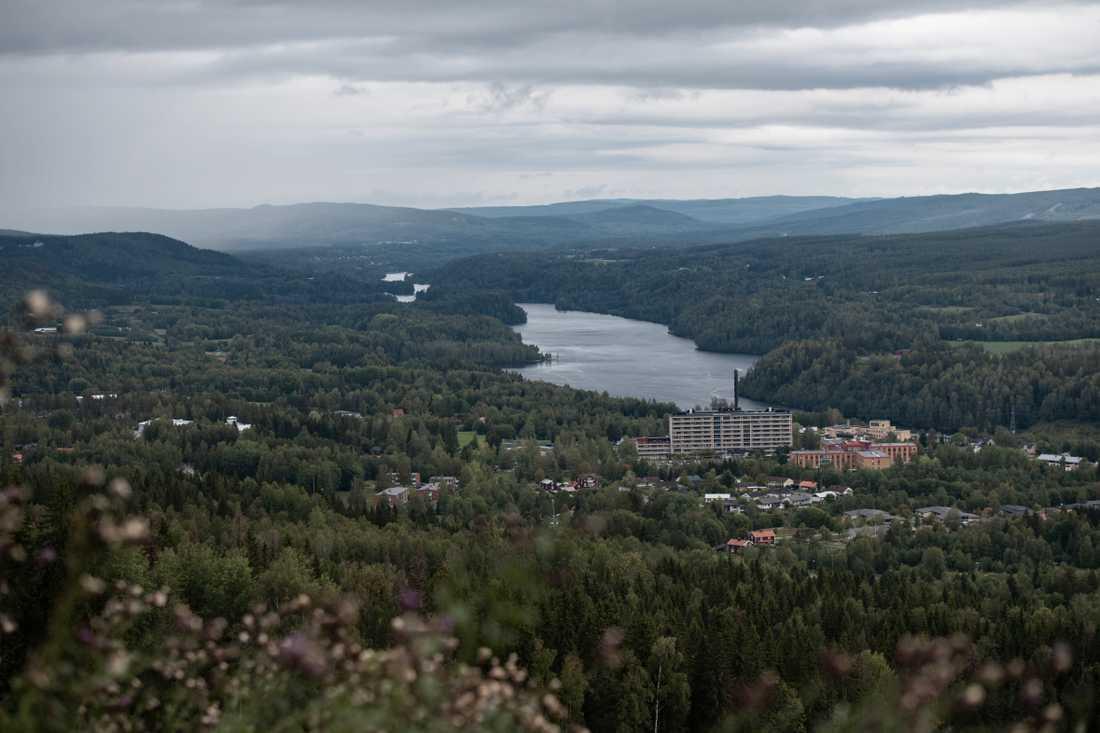 Vy från Hallstaberget i Sollefteå, med utsikt mot sjukhuset och älven.